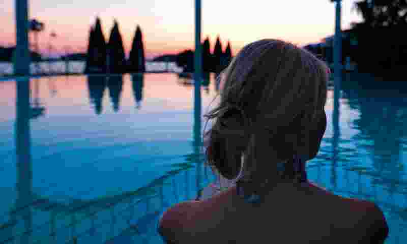 naantali-woman-in-outdoor-pool-hor.jpg